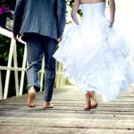 Brautpaar barfuss